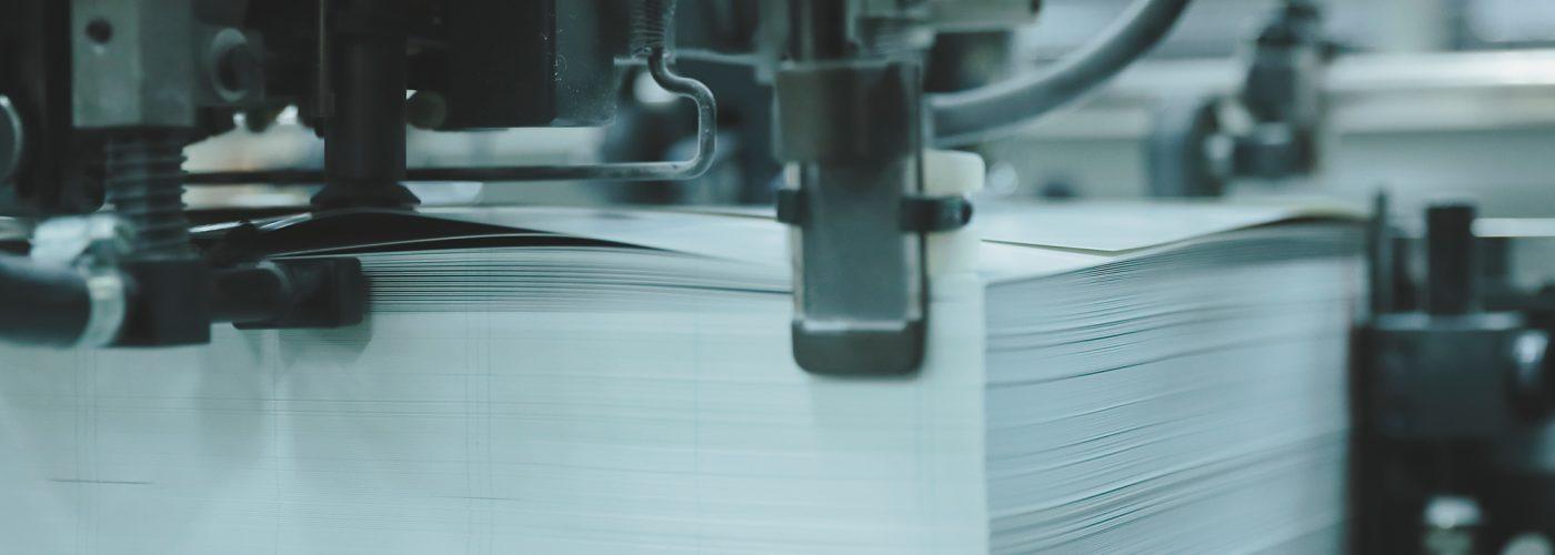 紙がつまれて印刷がはじまる